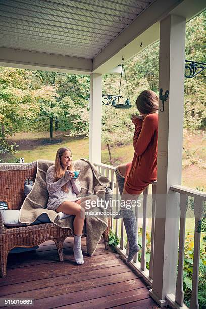 "teenage freunde, heiße getränke an land home porch herbst. - ""martine doucet"" or martinedoucet stock-fotos und bilder"