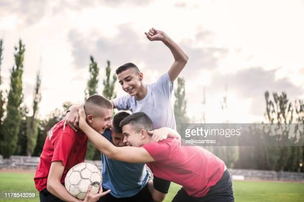 équipe de football d'amis d'adolescent - club football photos et images de collection