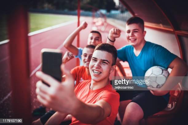 adolescente amigos equipo de fútbol tomando selfie - equipo de fútbol fotografías e imágenes de stock
