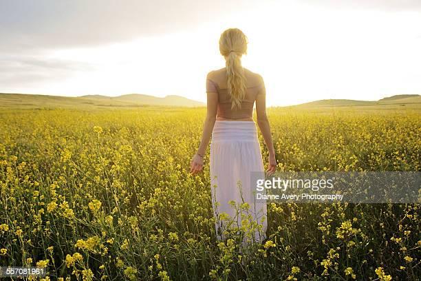 teenage girl alone in field of flowers - サウザンドオークス ストックフォトと画像
