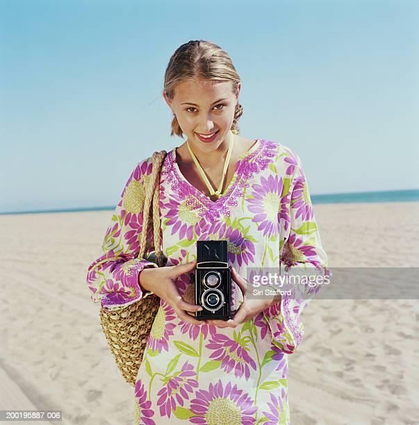 adolescente (15-17) à la plage, prendre des photos, portrait - une seule adolescente photos et images de collection