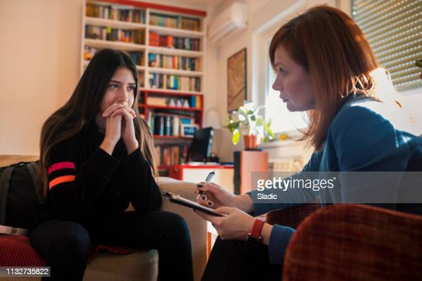 teenage girl at psychotherapy - psychiatrist's couch stock pictures, royalty-free photos & images