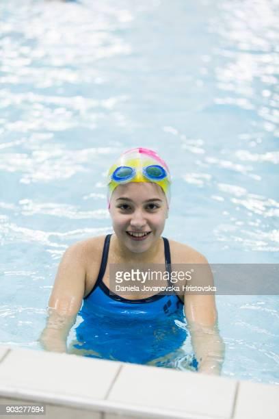 tonårig flicka på simning klass