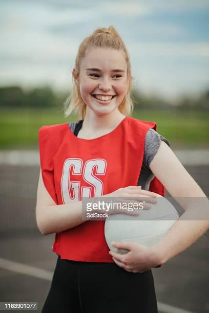 adolescente que carreg um netball - girl power provérbio em inglês - fotografias e filmes do acervo