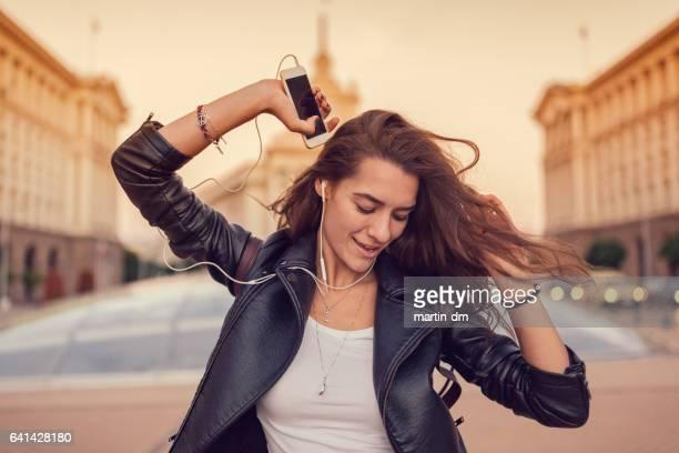 Adolescente, profitant de la musique