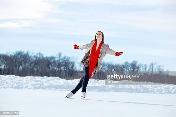 10 代の少女のフィギュアスケートアイススケートリンクで冬の湖、ミネアポリス - figure skating ストックフォトと画像
