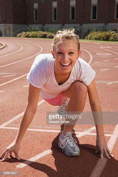 teenage girl getting ready to run a race - línea de salida fotografías e imágenes de stock