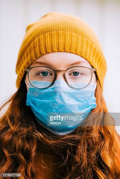 teenage girl going to school in time of pandemic disease - aplanar a curva imagens e fotografias de stock
