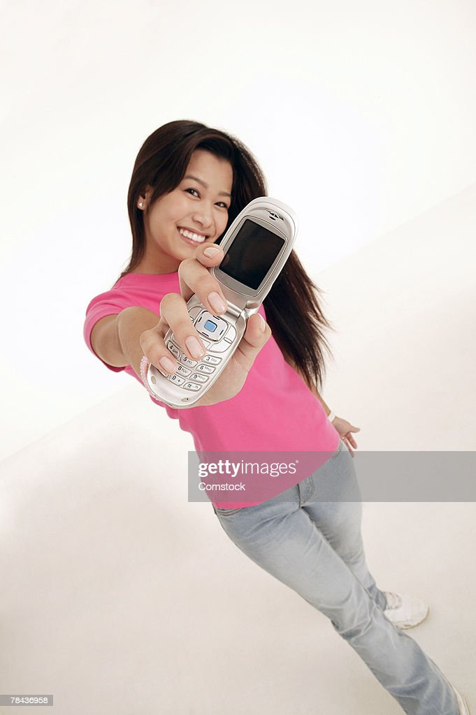 Teenage girl holding cell phone : Foto de stock