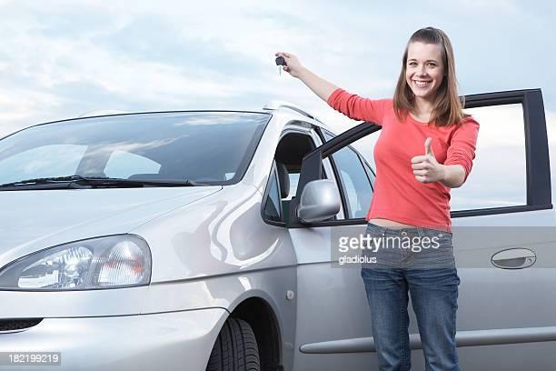 Jeune fille tenant les clés de voiture neuve