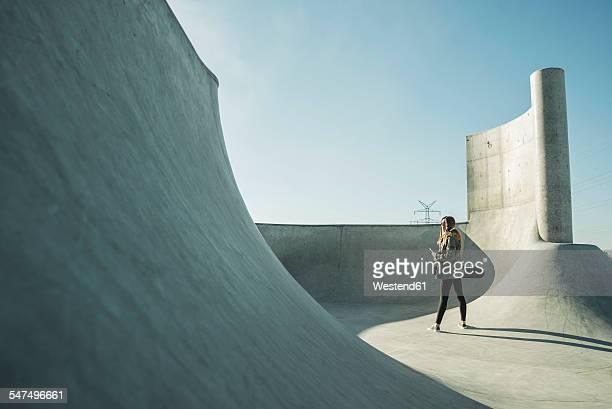 teenage girl in skatepark - skateboardpark stockfoto's en -beelden