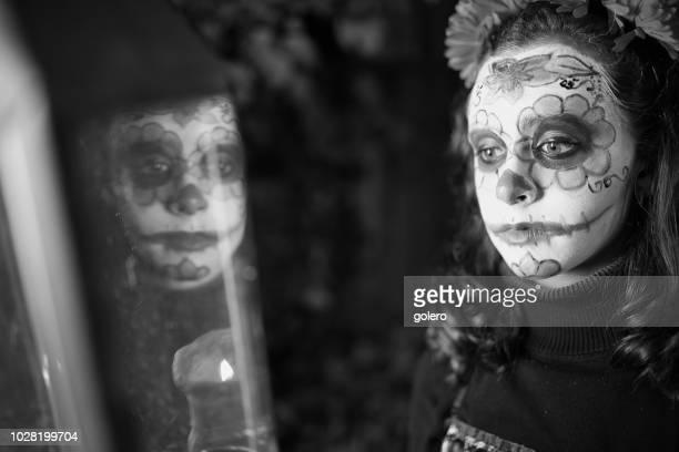 teenage girl in spooky halloween mask with lantern - ghost player foto e immagini stock