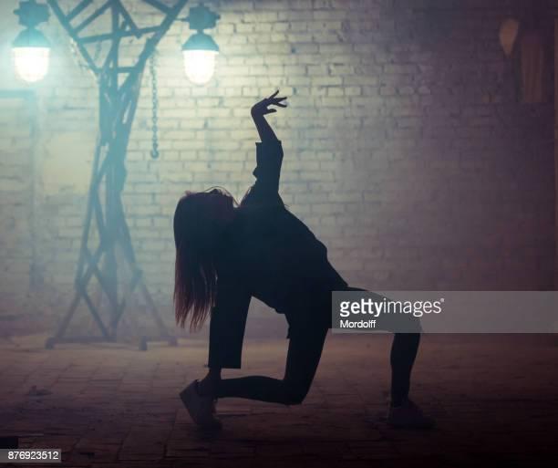 teenager-mädchen ist tanzen street dance - tänzerin stock-fotos und bilder