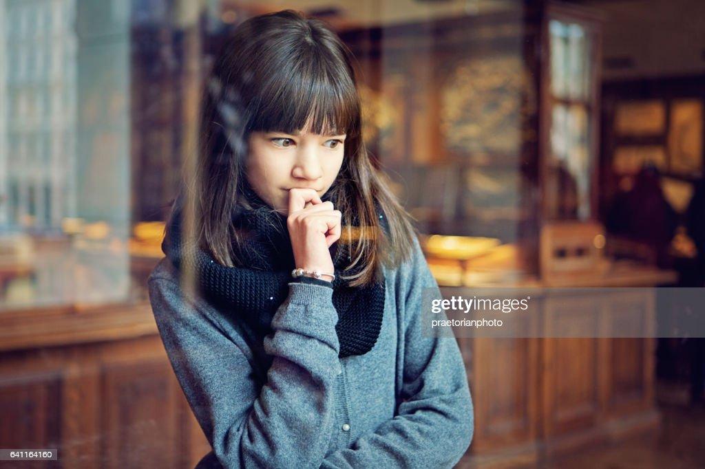 Teenager-Mädchen sucht Museumsausstellung : Stock-Foto