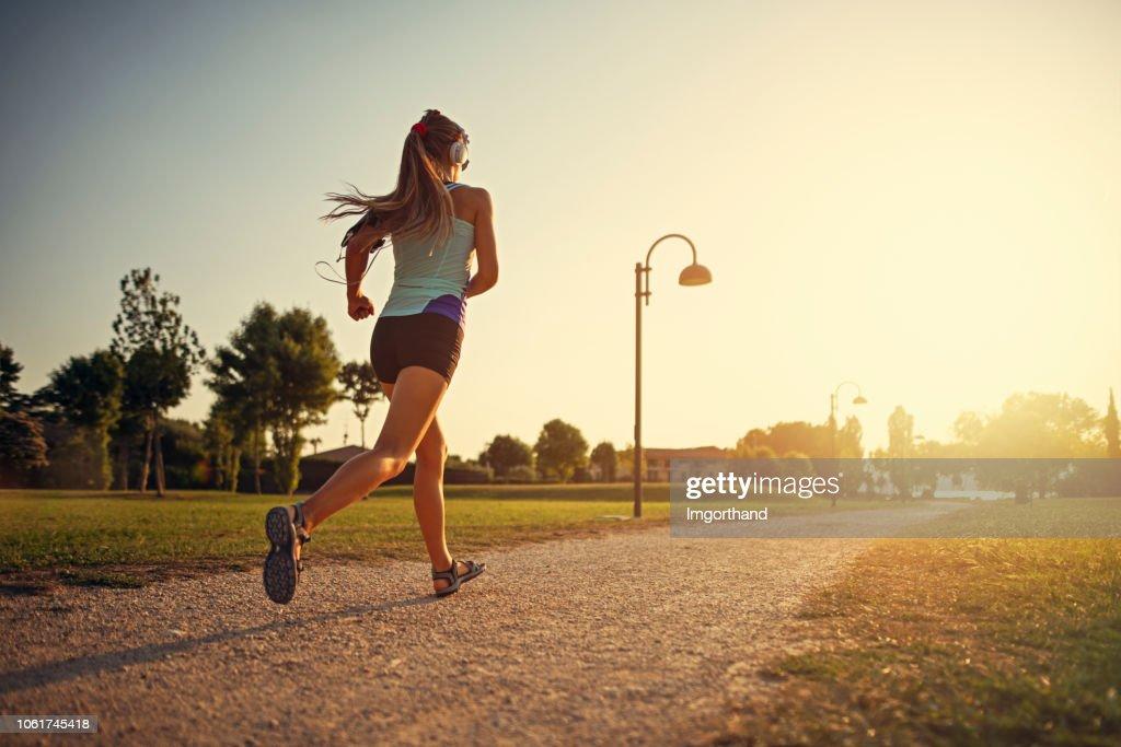Adolescente che fa jogging nel parco cittadino : Foto stock