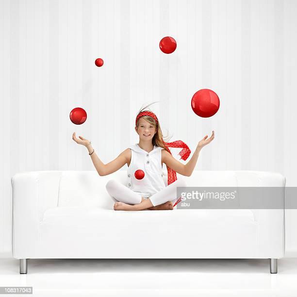 Adolescente juggles avec des ballons