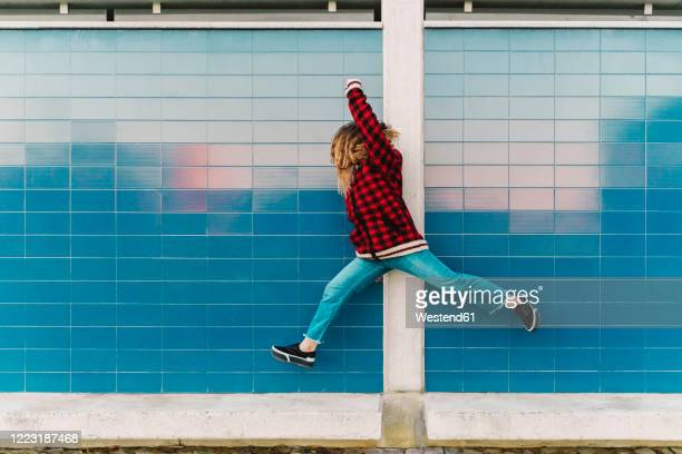 teenage girl jumping in the air - seulement des adolescents ou adolescentes photos et images de collection