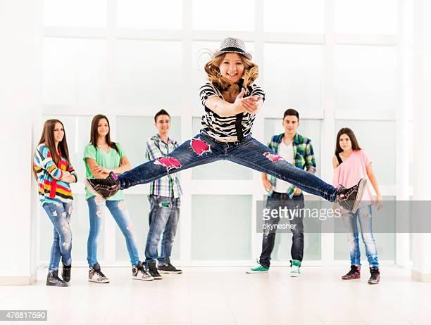 Teenager-Mädchen springen und tanzen und Blick in die Kamera.