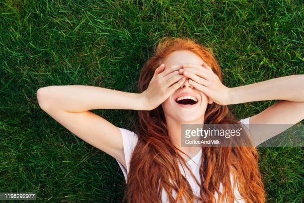 adolescente sdraiata sull'erba - onirico foto e immagini stock