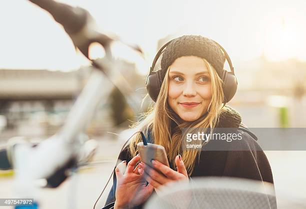teenage girl listening music with smartphone - luisteren stockfoto's en -beelden