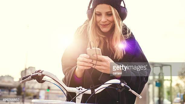 Jeune fille écoute de la musique avec un smartphone