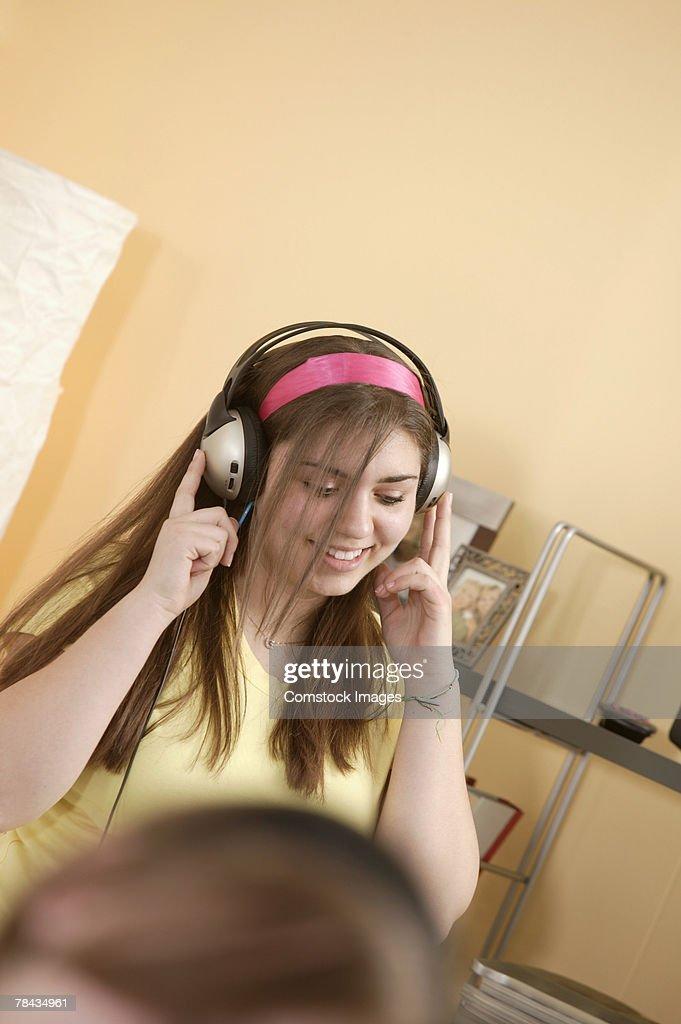 Teenage girl listening to headphones : Stockfoto