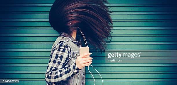 Adolescente escuchando música y bailando