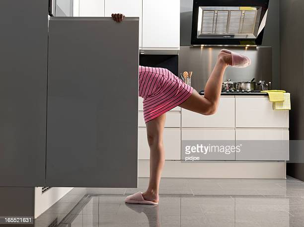 Teenager Mädchen schaut in den Kühlschrank zu einem kleinen snack um Mitternacht