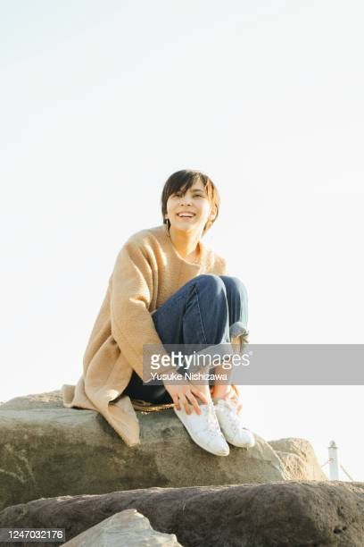 a teenage girl looking into the distance and laughing - yusuke nishizawa stock pictures, royalty-free photos & images