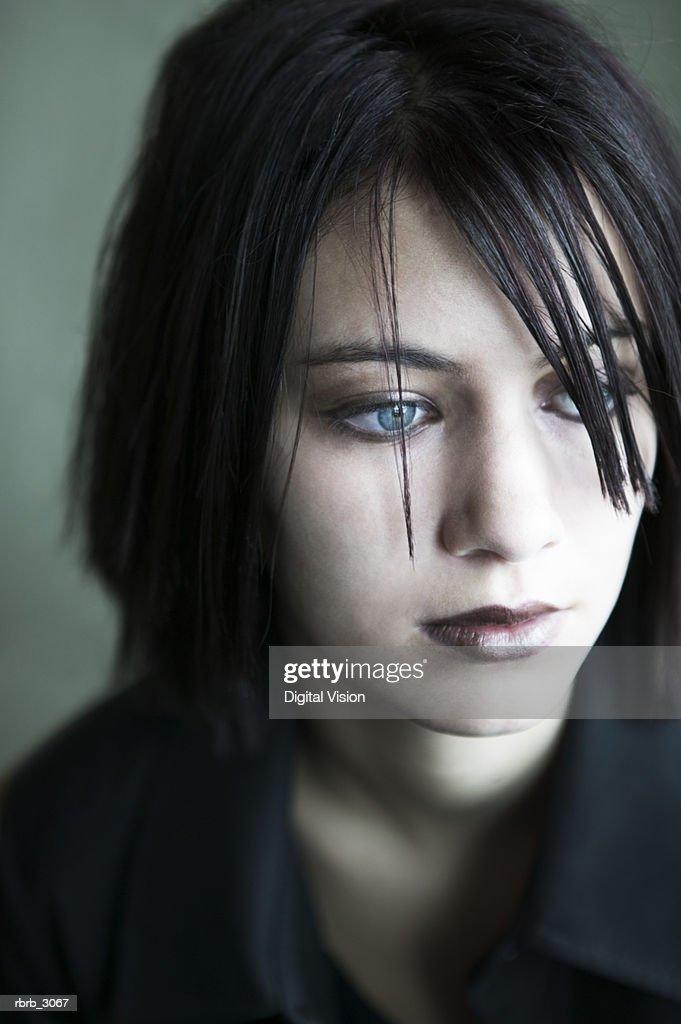 Teenage girl looking sideways : Foto de stock