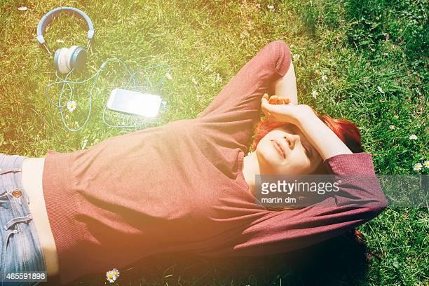 Teenager Mädchen liegen auf dem Rasen