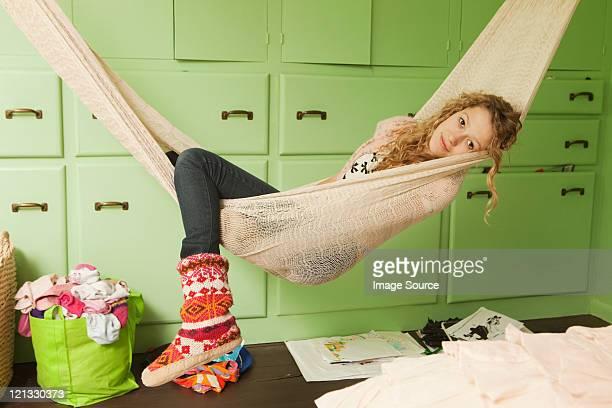 Teenage girl lying en hamaca, de retratos