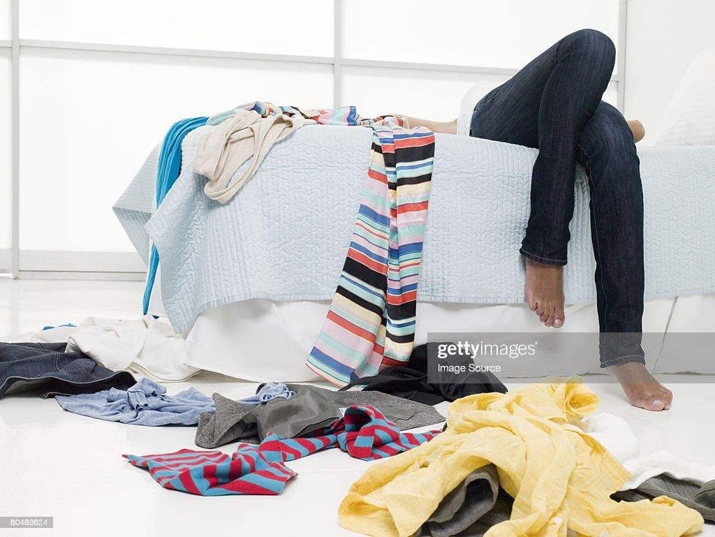 Una ragazza adolescente sdraiato/a su un lettino : Foto stock