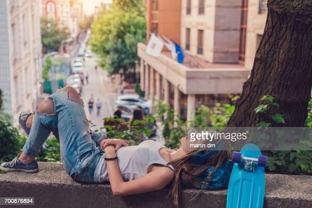 Teenager-Mädchen auf Rücken liegend und die Musik hören