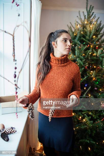 Tonårig flicka att göra hemmagjord dekoration till jul.