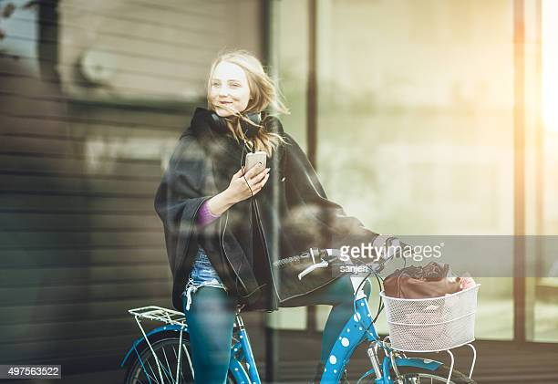 Teenager-Mädchen auf Fahrrad mit smartphone