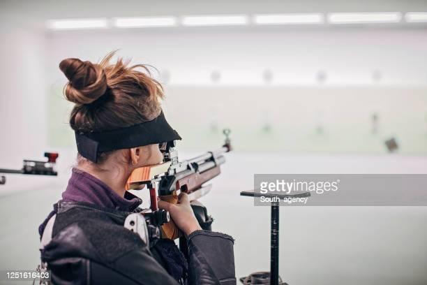 ライフル射撃練習の10代の少女 - ターゲット射撃 ストックフォトと画像