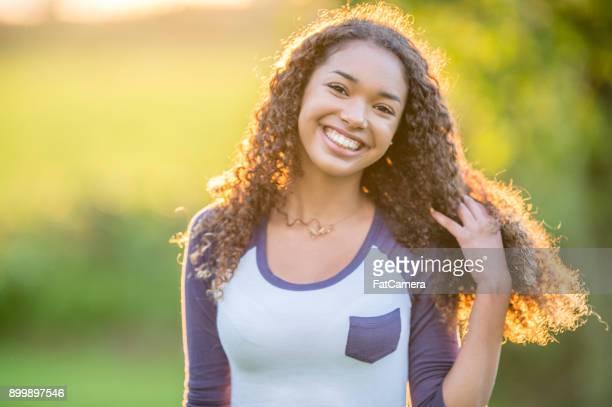 jeune fille à l'extérieur - jeune fille noire photos et images de collection