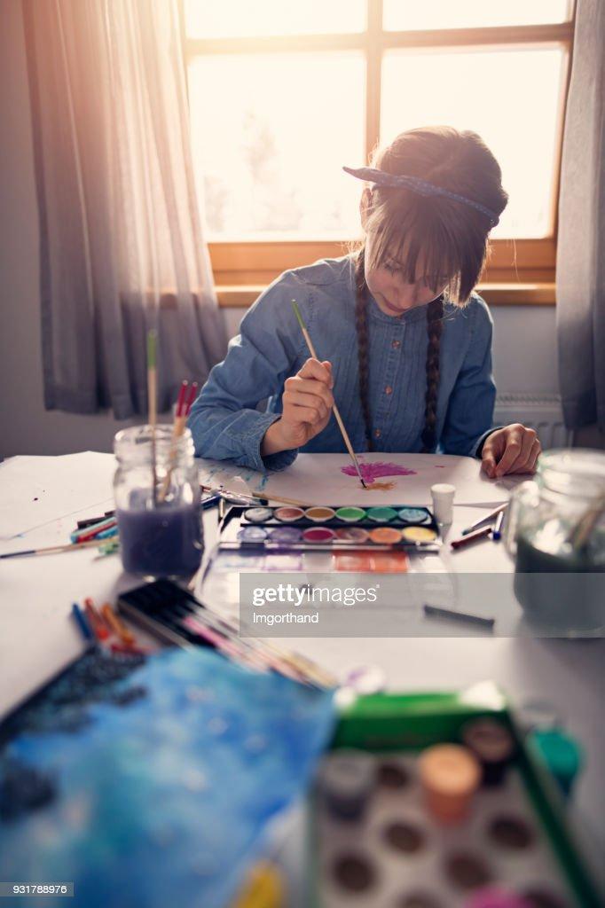 Teenager-Mädchen malen mit Wasserfarben : Stock-Foto