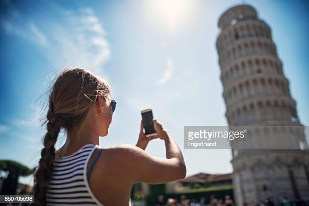 Teenager-Mädchen fotografieren der schiefe Turm von Pisa