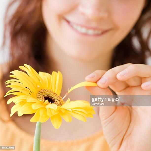 teenage girl plucking flower petal - 修眉 個照片及圖片檔