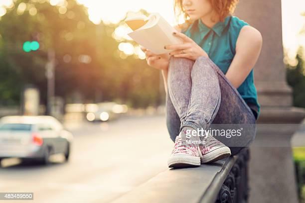 Jeune fille lisant un livre