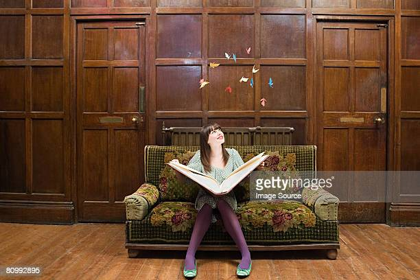 Une jeune fille lisant un livre grand