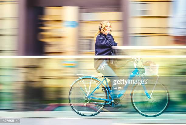 Teenager-Mädchen Reiten Fahrrad