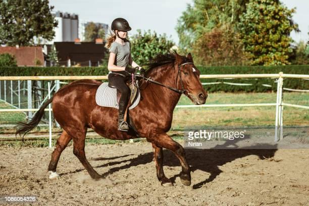 montar a caballo de la niña adolescente - equitación fotografías e imágenes de stock