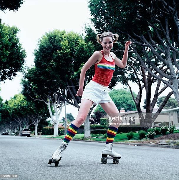 teenage girl roller skating - patinar sobre ruedas fotografías e imágenes de stock
