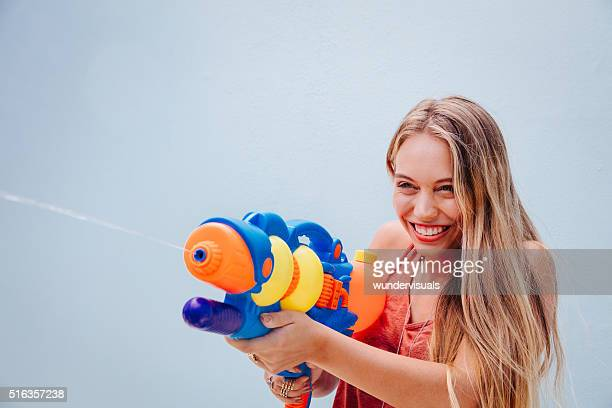 adolescente ragazza riprese pistole ad acqua - squirt foto e immagini stock