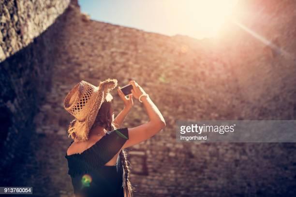 Teenager-Mädchen Sightseeing italienischen Burgruine