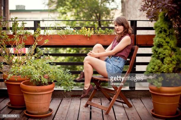 teenage girl sitting on urban rooftop - cadeira dobrável - fotografias e filmes do acervo