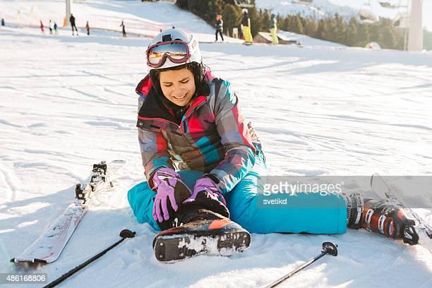 Teenager-Mädchen-skiing in italienischen Alpen.